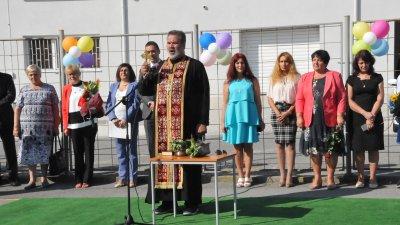 Водосвет за здраве и успех бе извършен в бургаското Механо преди официалното откриване на учебната година. Снимки Лина Главинова