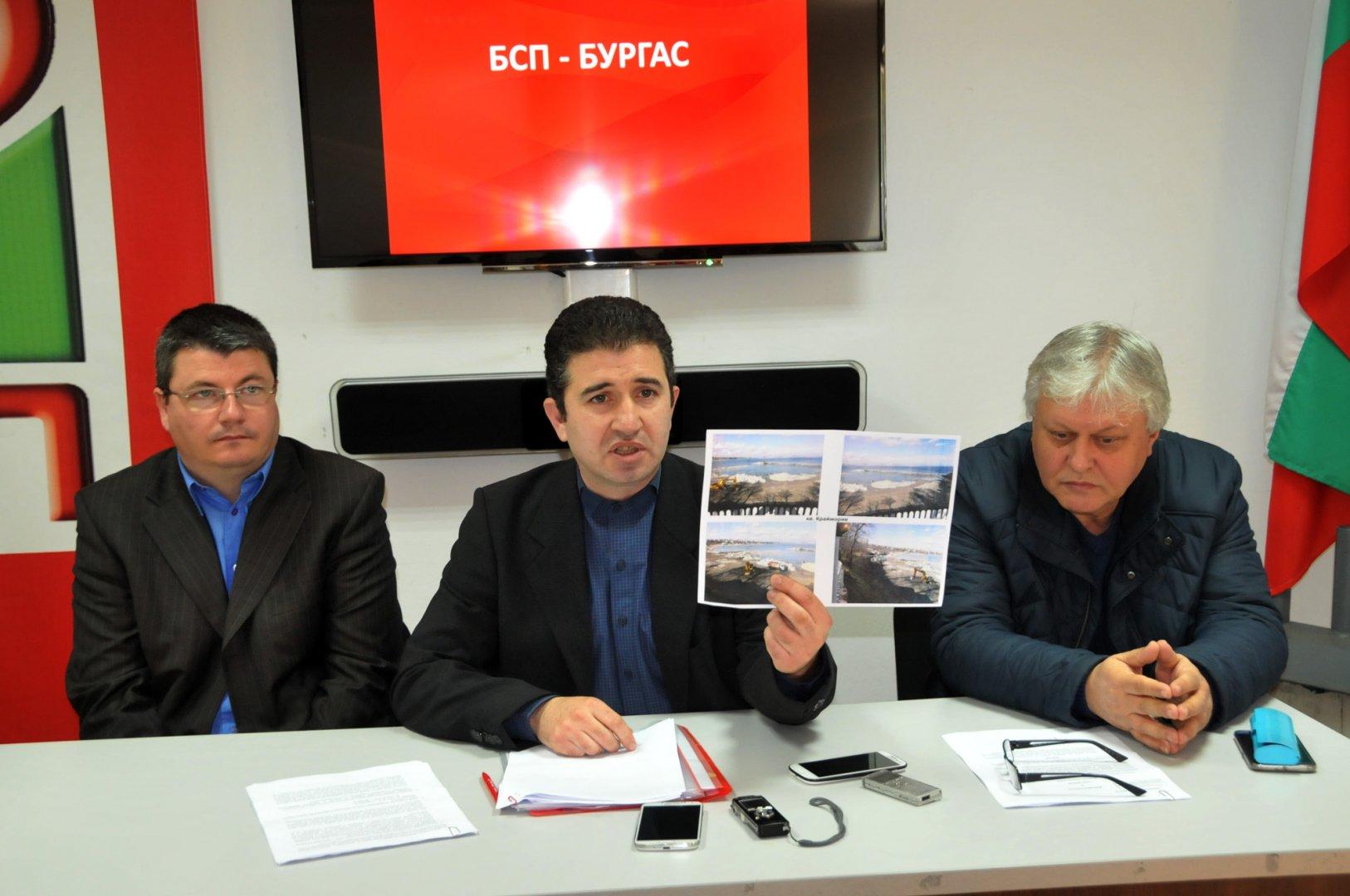 Живко Господинов показва снимки на района, където се изгражда порта в Крайморие. Снимка Лина Главинова