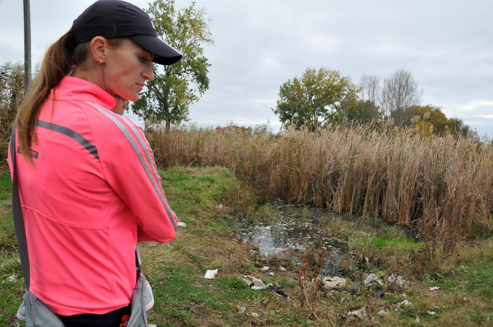 Гергана Вергиева е подала сигнал на тел 112 за мъртва риба във водоема край Поморие. Снимки Лина Главинова