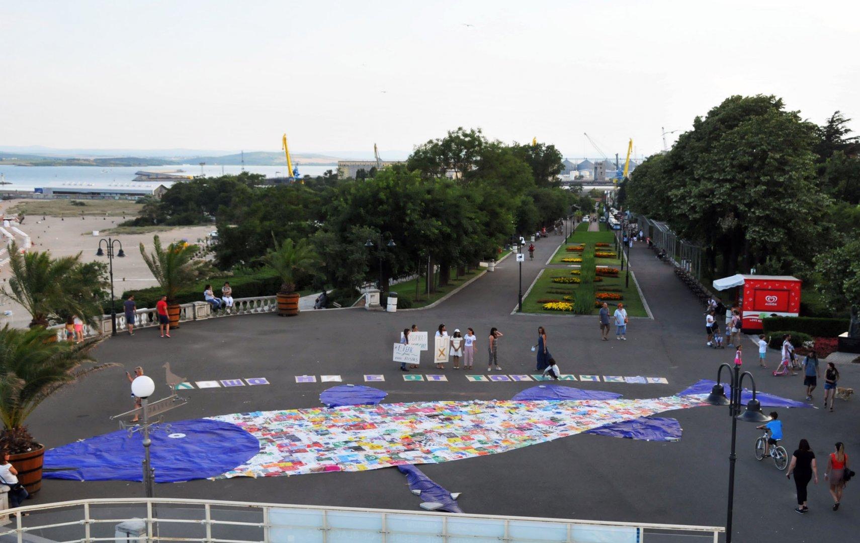 25-метрова риба от полиетиленови торбички пред Морското казино провокира интереса на бургазлии и гости на града. Снимка Лина Главинова