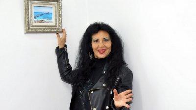 Радка Караиванова се подготвя за изложбата от лятото. Снимка Лина Главинова
