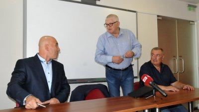 Според Петър Кънев (в средата), шпионскиет скандал е по-скоро политически. Снимка Лина Главинова