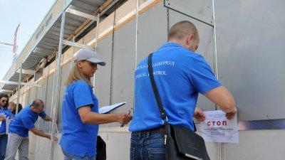 Командировани данъчни служители на НАП провериха търговски обекти в центъра на Бургас. Снимки Лина Главинова