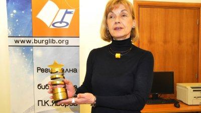 Директорът на библиотеката показва наградата, която са спечелили от EIFL. Снимка Лина Главинова