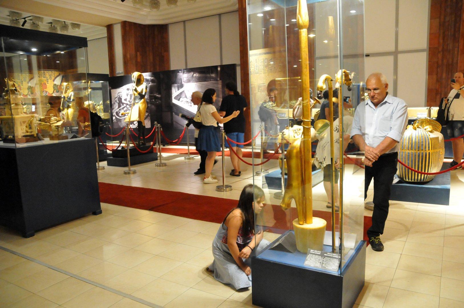 Изложбата Тутанкамон - една недовършена любовна история ще очаква посетители до края на септември в сградата на Държавна опера Бургас. Снимки Лина Главиновао