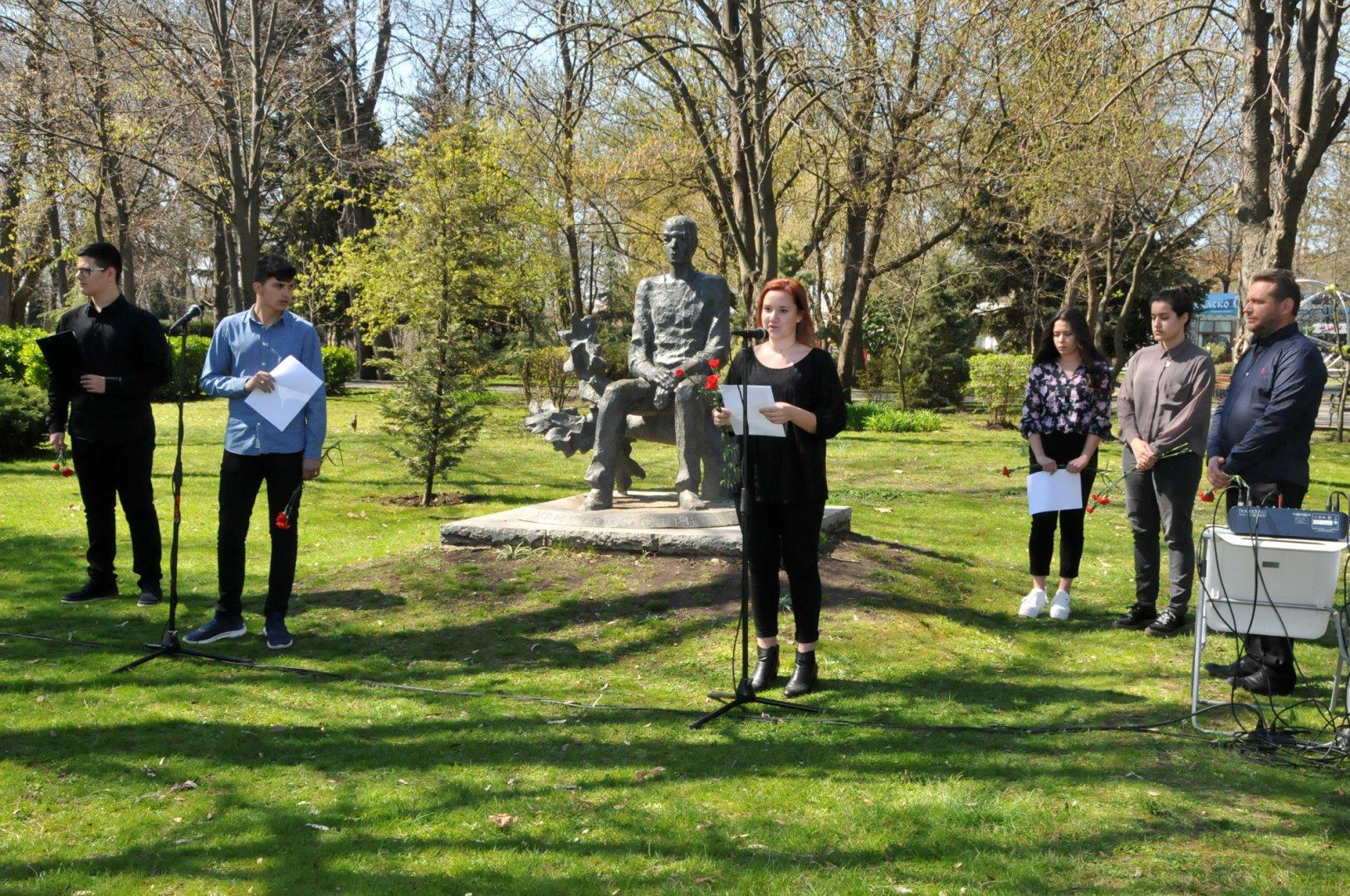 Ученици четоха стихове на Христо Фотев пред паметника му в Морската градина. Снимки Лина Главинова