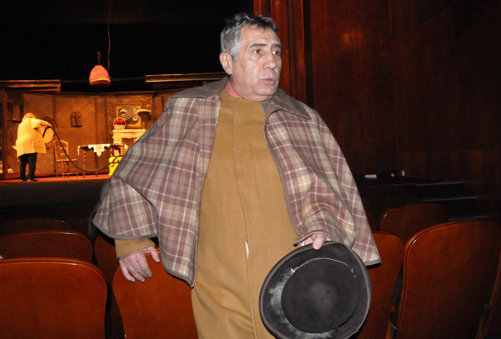 Валентин Танев постави за първи път комедия на бургаска сцена. Снимки Лина Главинова