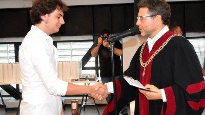 Проф. Светозар Бенчев връчи студентските книжки на първокурсниците. Снимки Лина Главинова