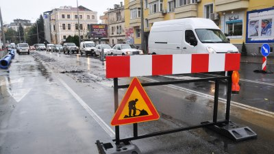 Едната част от бургаската улица Булаир е затворена, заради ремонт. Снимки Лина Главинова