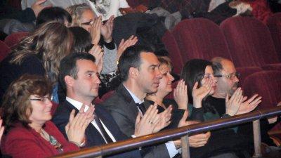 Кметът Димитър Николов аплодира участниците в празничния концерт - спектакъл 12 коледни картички. Снимки Лина Главинова