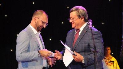Красимир Премянов (вдясно) връчи почетния знак на Вълчо Чолаков. Снимки Лина Главинова