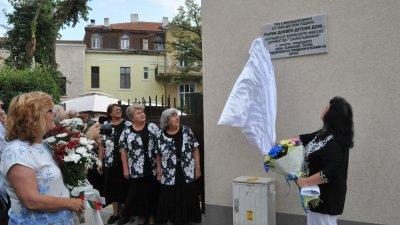 Последователи на почетния председател на женско дружество Самосъзнание Жени Патева откриха паметна плоча на фасадата на Дома на писателя. Снимка Лина Главинова