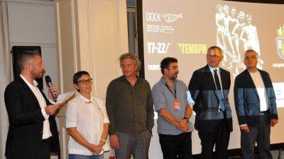 Димитър Стоянович (вляво) представи членовете на журито. Снимки Лина Главинова