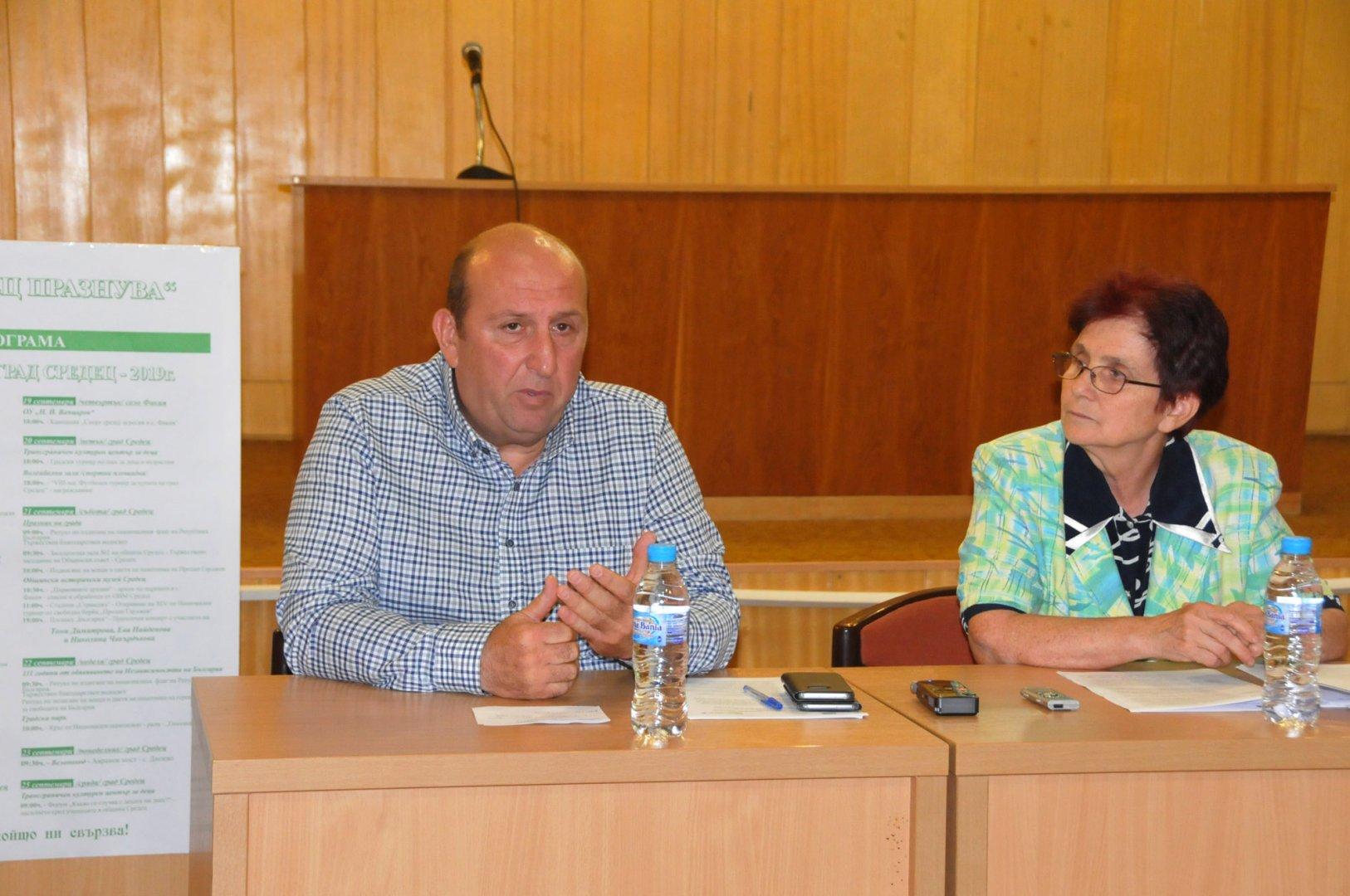 Освен рехабилитация на пътя, ще изградим и пешеходна пътека, каза кметът Иван Жабов. Снимка Лина Главинова