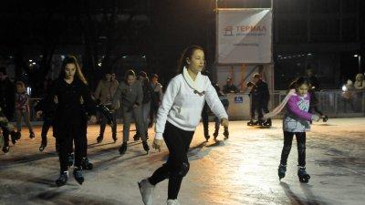 Ледената пързалка на площад Тройката в Бургас предлага отлично забавление за малки и големи. Снимка Лина Главинова