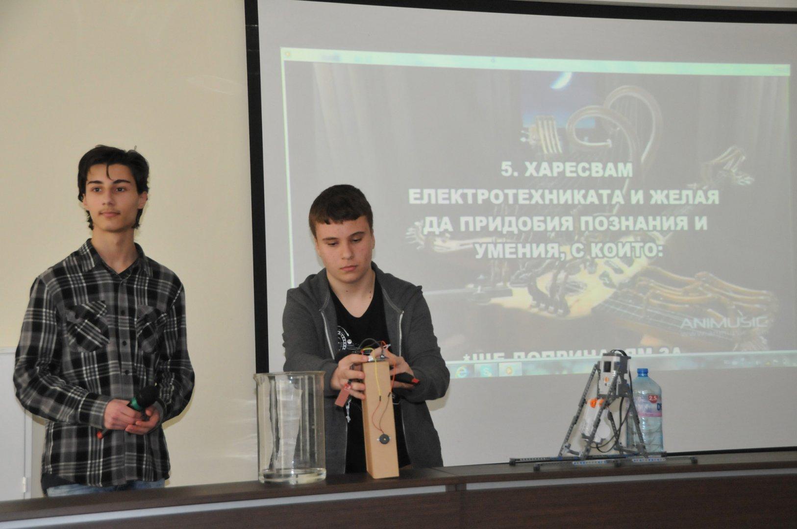 Янко и Алекс презентираха специалностите на своето училище. Снимки Лина Главинова
