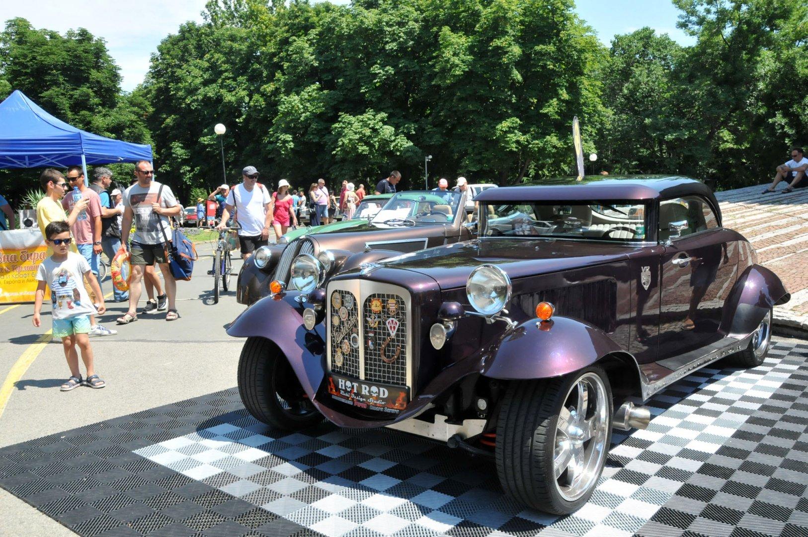 Хот род автомобила бе сред атракциите на ретро парада в Бургас. Снмки Лина Главинова
