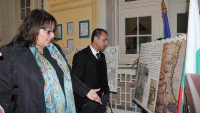 Ценни исторически карти можете да видите в изложбата Бургас в европейската картография, подредена в Областна управа. Снимка Лина Главинова
