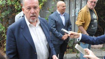 Иво Баев (на преден план) е кандидат за кмет и водач на листата на трите партии. Снимки Лина Главинова