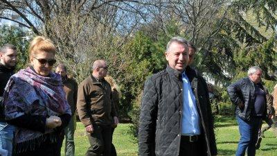 Зам.-кметът на Бургас Чанка Коралска и инж. Станимир Божанов се включиха в засаждането на дръвчетата. Снимки Лина Главинова