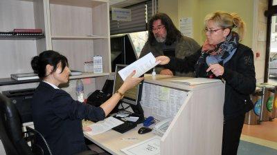 Радостин Дамасков входира копие от жалбата си в Общината. Снимка Лина Главинова