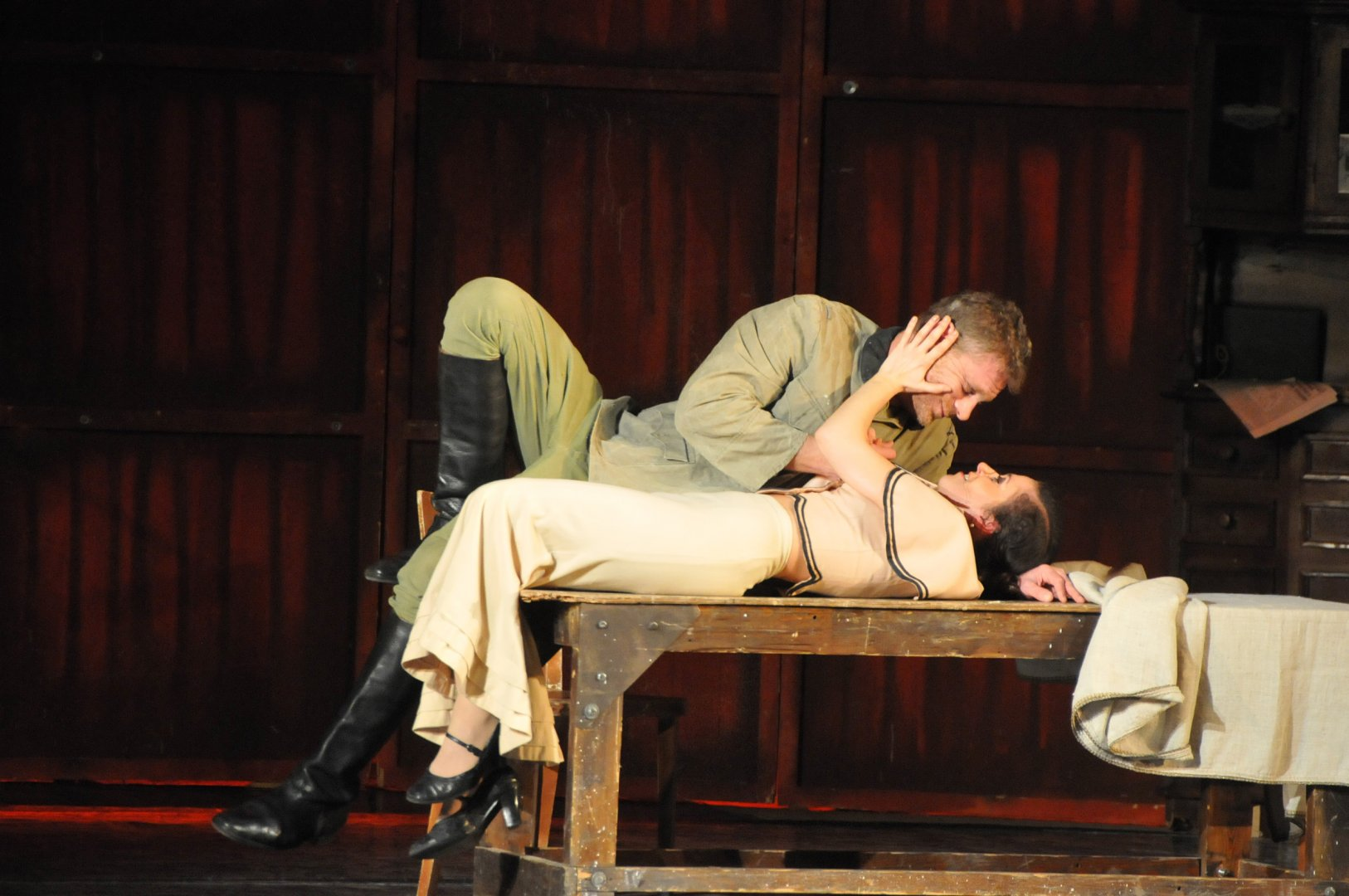 Юлиан Вергов и Мариела Топалова в сцена от спектакълал Снимка Лина Главинова