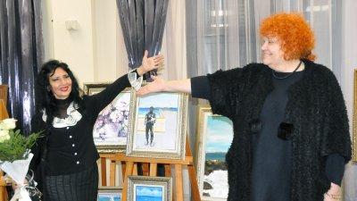 Изложбата Цветоморие на Радка Караиванова може да се види до 12-и декември в културен център Морско казино. Снимки Лина Главинова