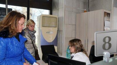 Даниела Божинова внесе документите в Община Бургас. Снимки Лина Главинова