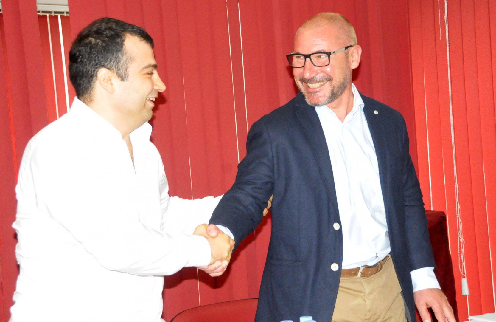 Христо Симеонов (вдясно) потърсил Константин Бачийски за разговор. Снимка Лина Главинова