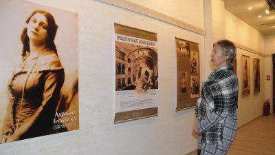 Изложбата за Адриана Будевска е подредена във фоайето на театъра. Снимки Лина Главинова