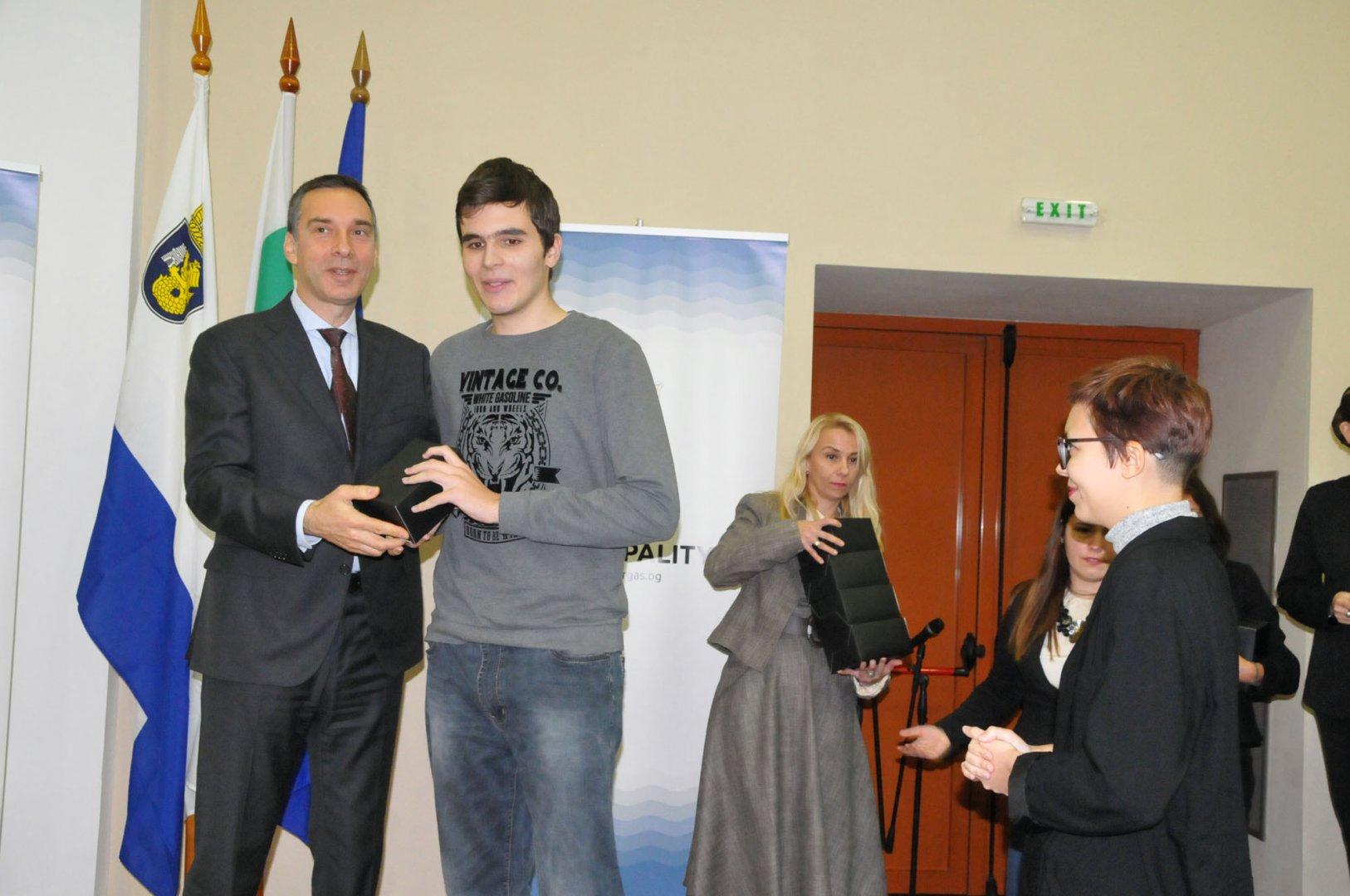 Кметът Димитър Николов връчи наградите на отличените ученици от Св. св. Кирил и Методий. Снимки Лина Главинова