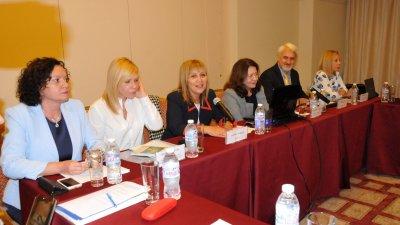 Златина Дукова (третата отляво надясно) поздрави участници и гости във форума. Снимки Лина Главинова