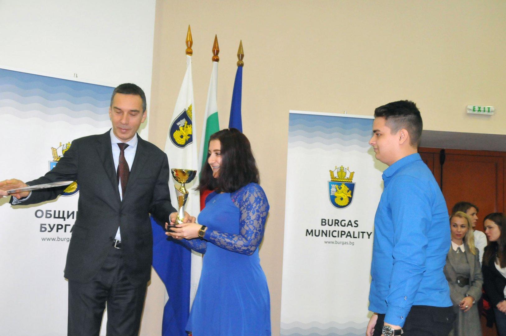 Кметът Димитър Николов връчи отличията на изявени ученици от ПГЕЕ. Снимки Лина Главинова