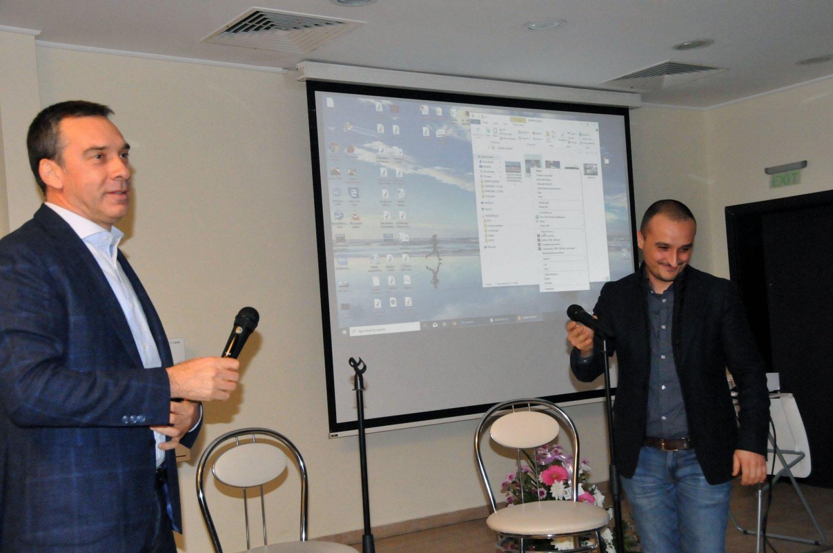 Кметът Димитър Николов благодари на продуцента Николай Урумов за създаването на филма Петя на моята Петя. Снимки Лина Главинова