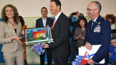 Зам.-посланикът на САЩ Джъстин Хофман получи картина, изработена от децата от Центъра. Снимки Лина Главинова