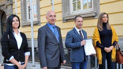 Първият и вторият в листата на ДБГ - Живко Табаков (вдясно) и Стоян Грозев дойдоха заедно в ОИК - Бургас. Снимки Лина Главинова