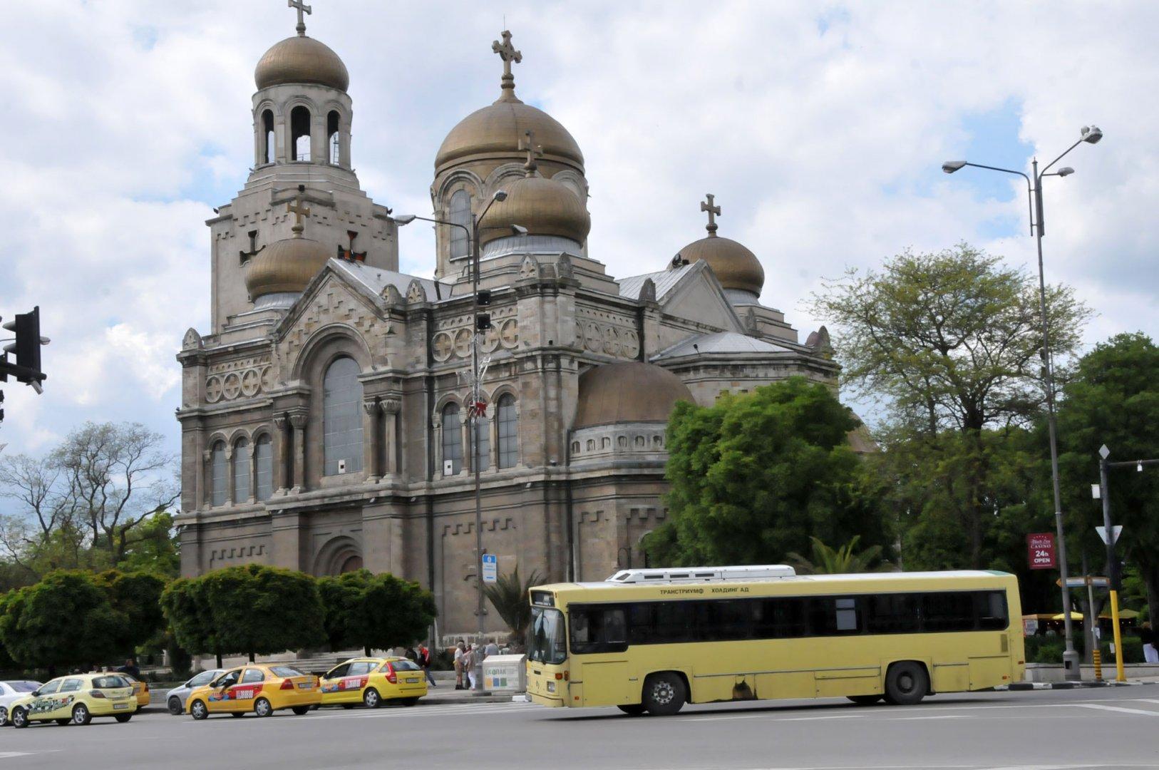 На 6-и април таксиметровата местоянка пред Катедралния храм трябва да бъде освободена. Снимка Лина Главинова