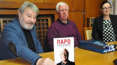 На представянето на книгата бяха и двама зам.-кметове в община Бургас - Лорис Манулян (вляво) и Руска Бояджиева. Снимки Лина Главинова