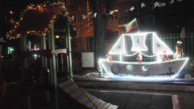 Светещият кораб на Дядо Коледа акостира в двора на детската ясла. Снимки Лина Главинова