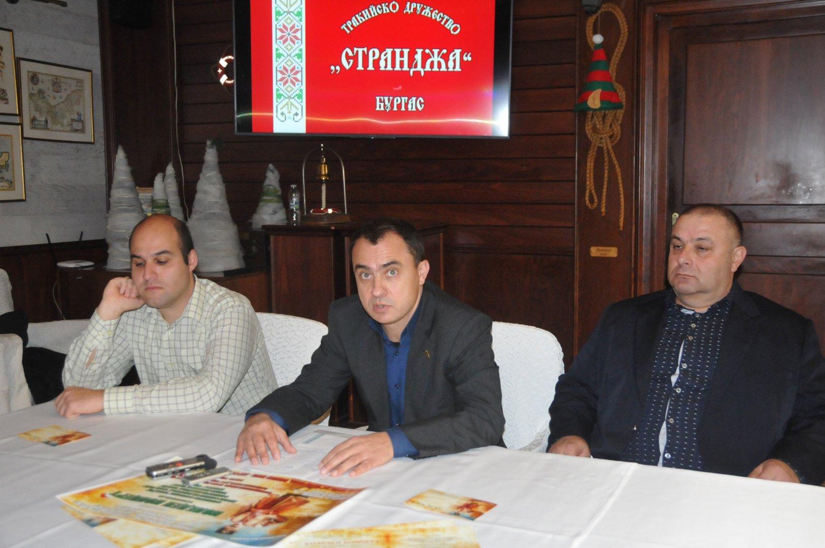 Стефан Колев (в средата) оглави тракийския клуб Странджа. Снимка Лина Главинова