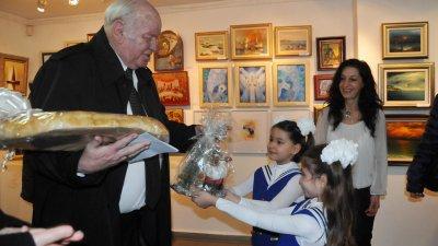 Руси Куртлаков като истински кръстник зарадва малчуганите с подаръци. Снимки Лина Главинова