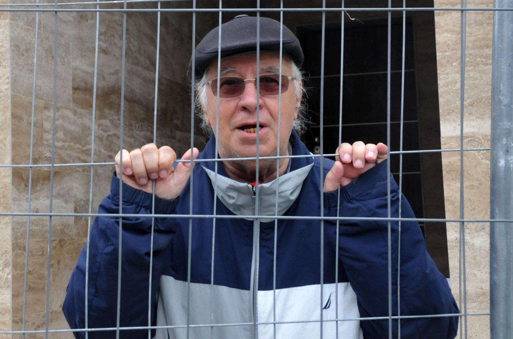 Диомов наблюдаваше монтажа зад решетките на огражденията. Снимки Лина Главинова
