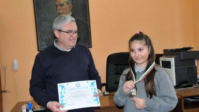 Директорът на училището Виктор Григоров поздрави учениците за постиженията
