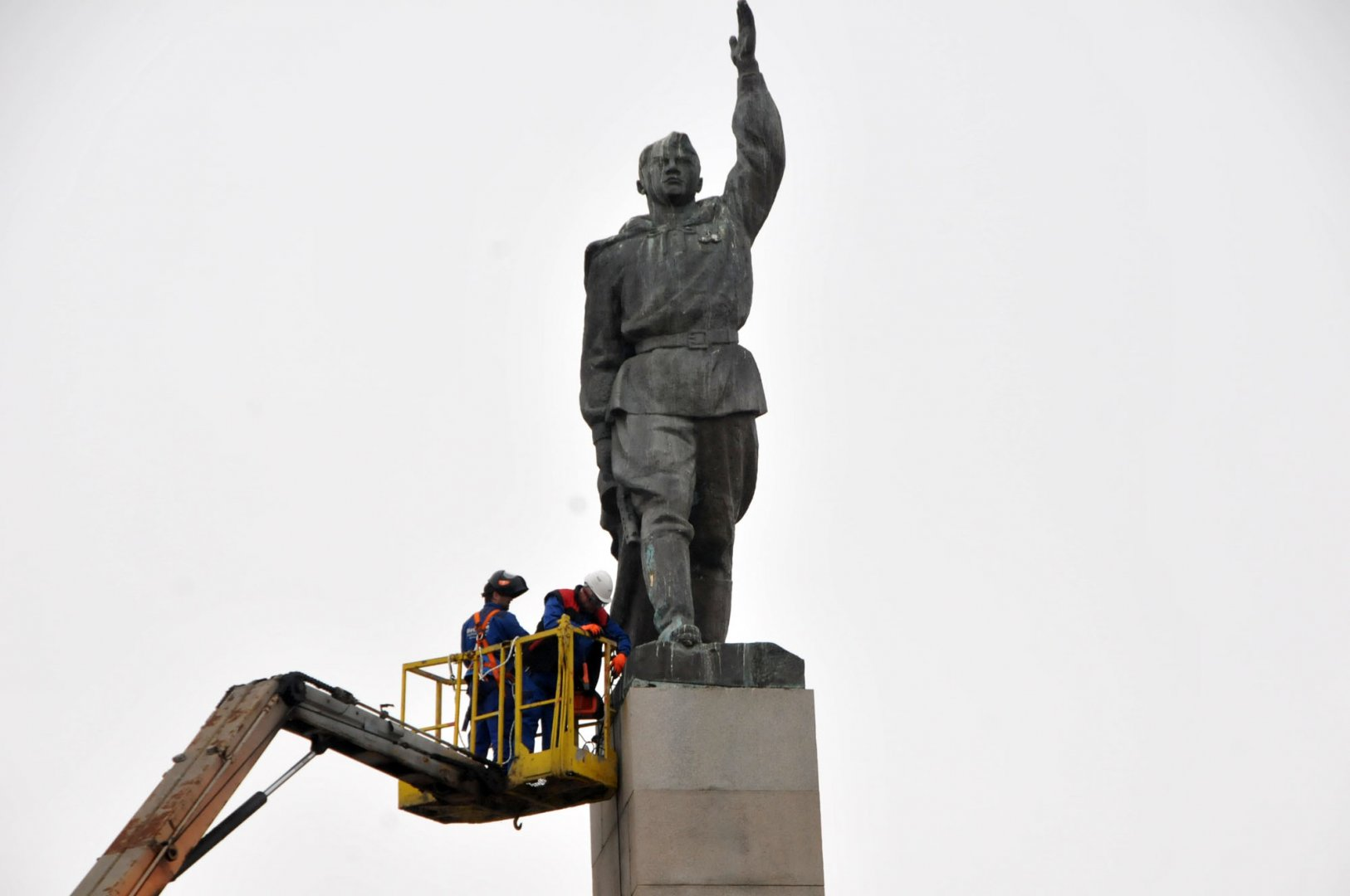 Работници ремонтират паметника Альоша на площад Тройката - Бургас. Снимка Лина Главинова