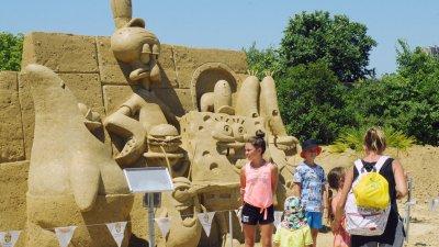 Приказни герои, сътворени от пясък ще радват малчуганите тази година на 14-то издание на пясъчния фестивал. Той е разположен в парк Езеро в Морската градина. Пясъчните скулптури по темата Децата пожелаха могат да се видят до края на месец септември. Снимки Черноморие-бг