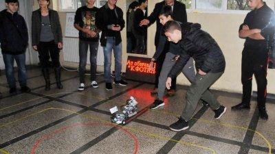 Три отбора участваха в състезанието по роботика. Снимки Лина Главинова