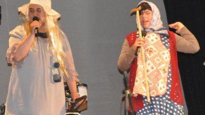 Ученици от ПГЕЕ взривиха публиката със скеча Баби чатят. Снимки Лина Главинова