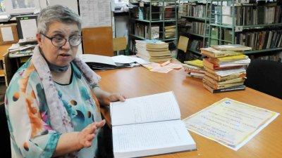 За 28-те години като библиотекар Веса Фотева е обслужила над 4000 ученици. Снимки Лина Главинова
