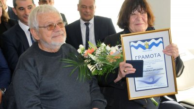Ивана Джеджева, придружена от съпруга си Недялко Йорданов дойде за връчването й на званието Почетен гражданин на Бургас. Снимки Лина Главинова