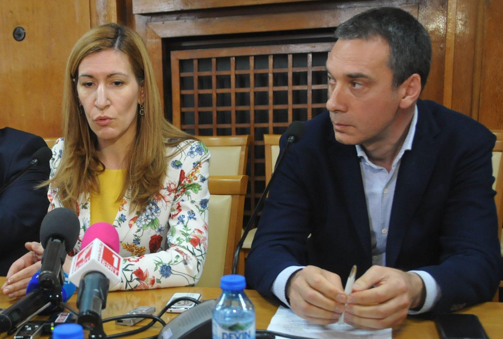 Водим преговори и с трета компания да лети до Бургас, каза кметът Николов. Снимка Лина Главинова